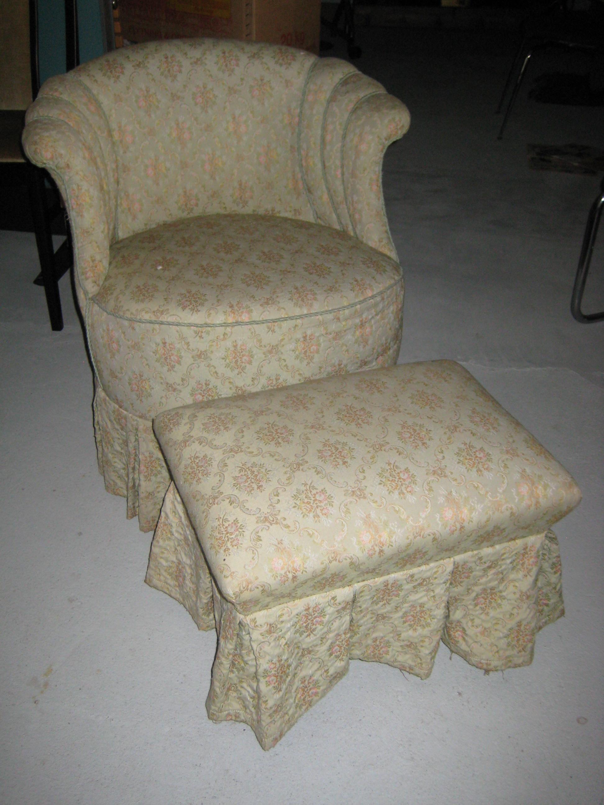Lille lænestol med skammel
