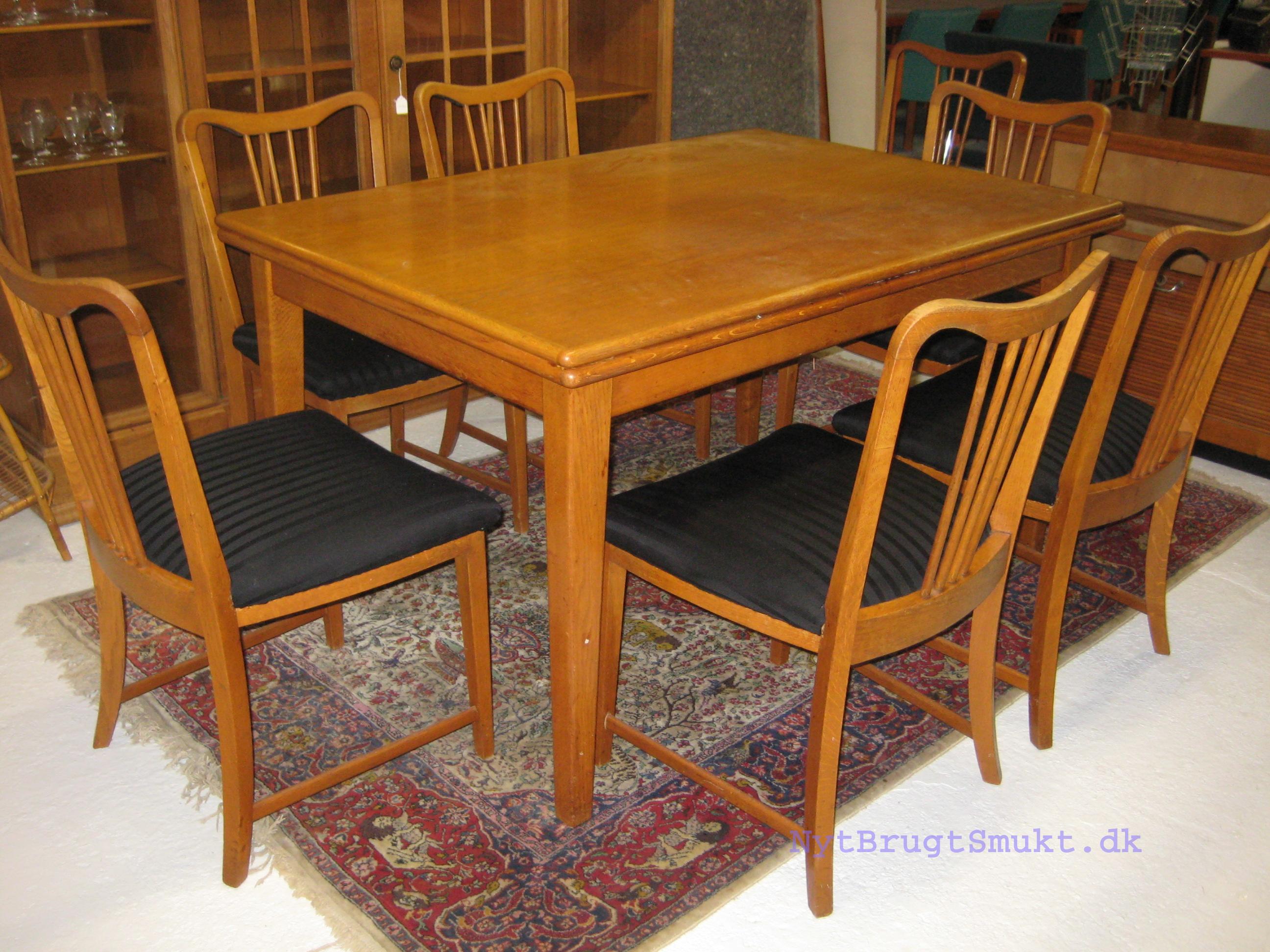 Spisebord i eg med 8 stole med sort betræk - Nyt-Brugt-Smukt