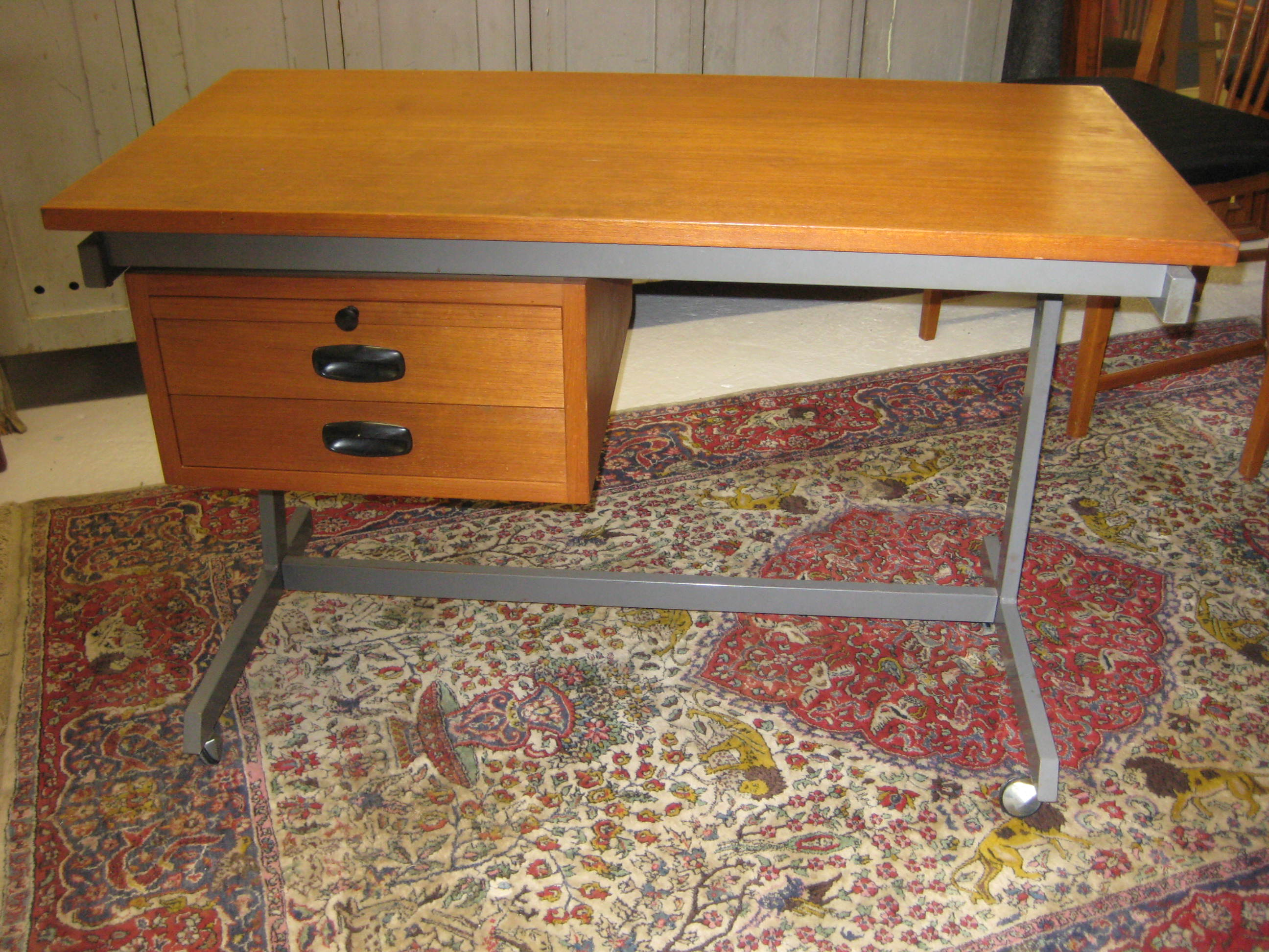 Teak skrivebord med stålstel