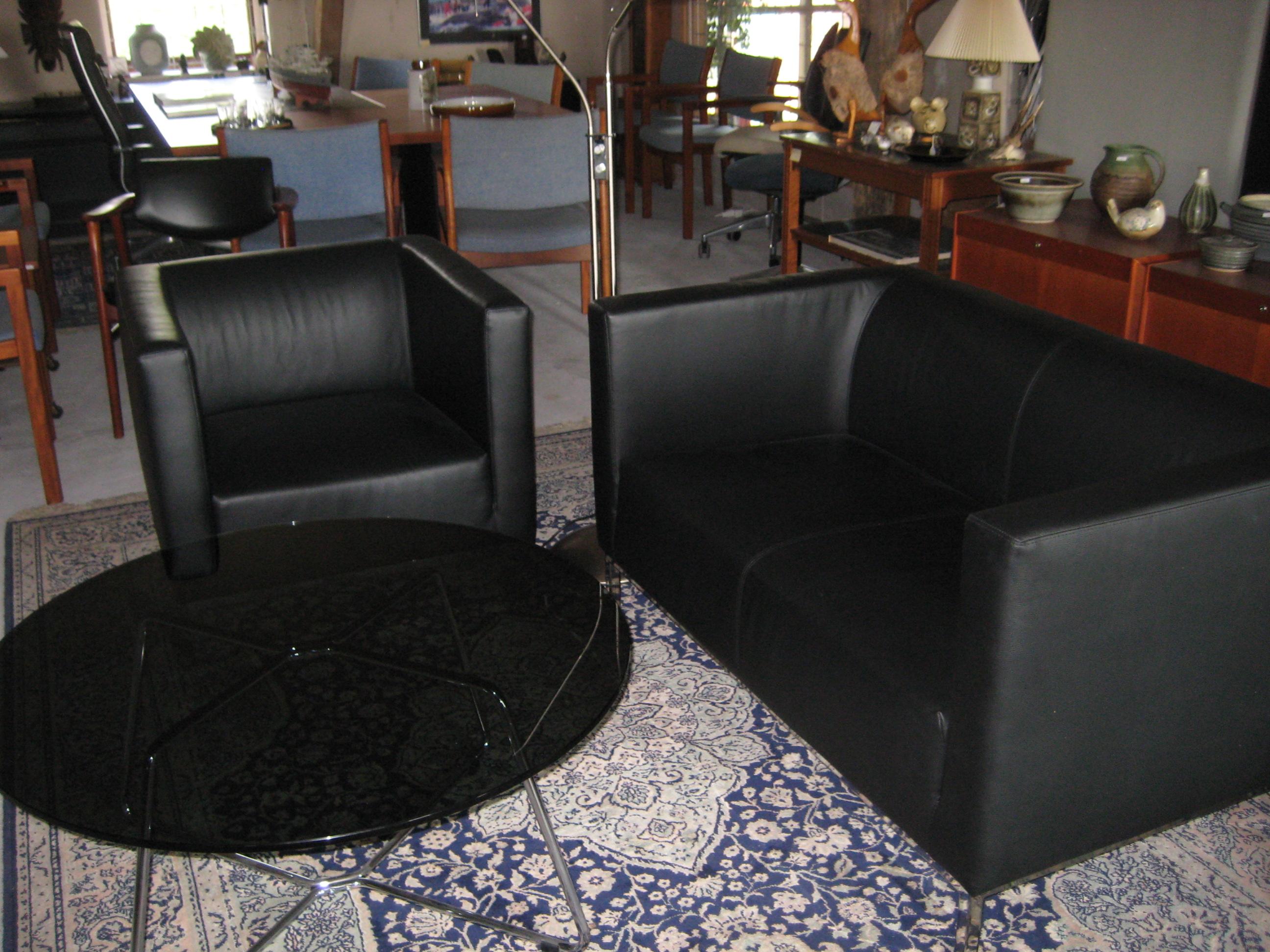 Lænestol og sofa i sort læder