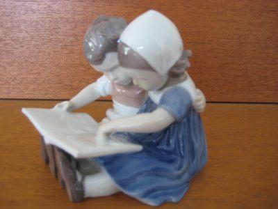 Bing & Grøndahl Børn læser bog