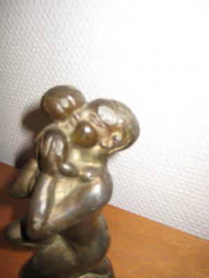 Broncefigur mor med barn