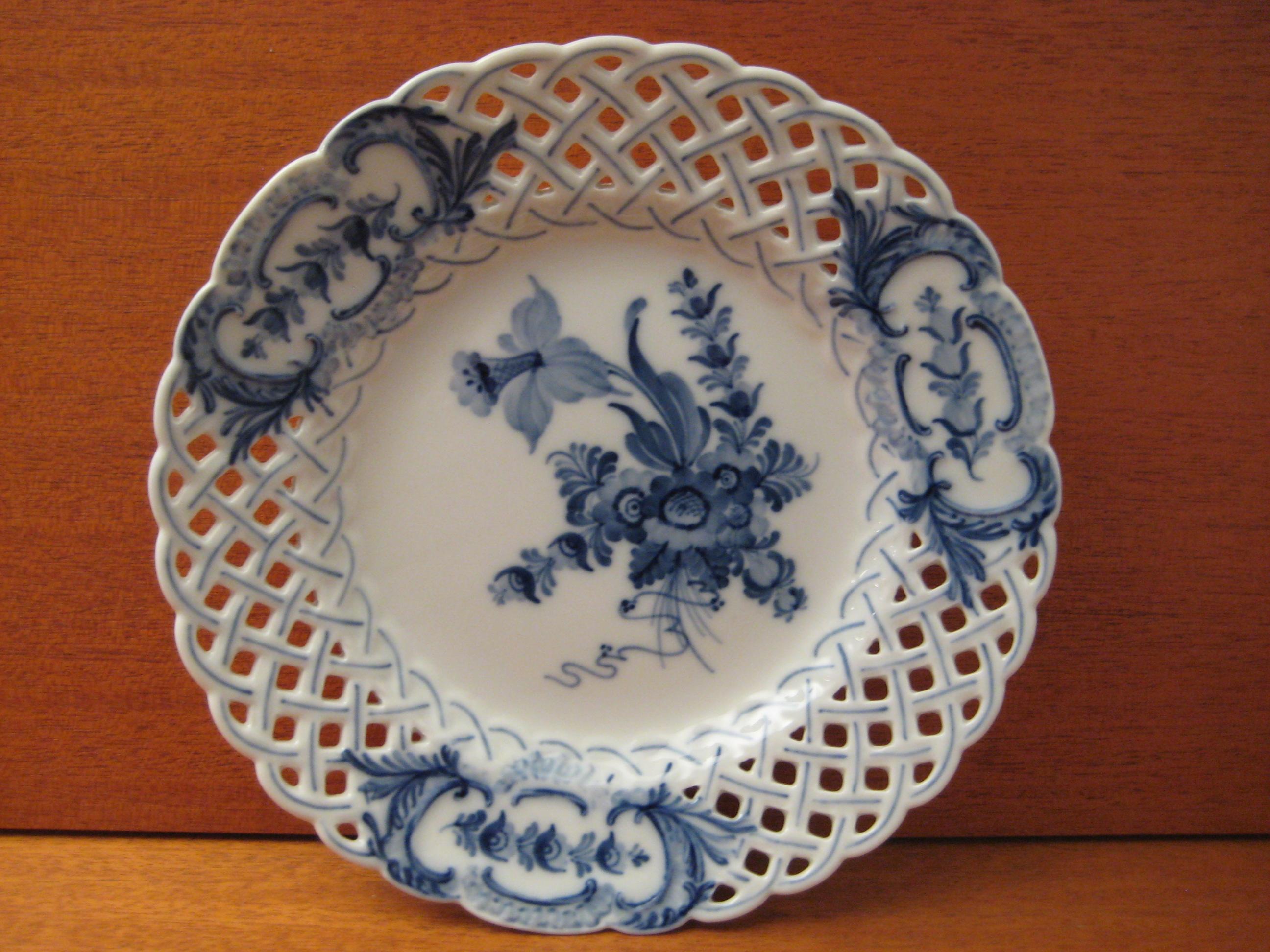 Blå Blomst svejfet tallerken med huller