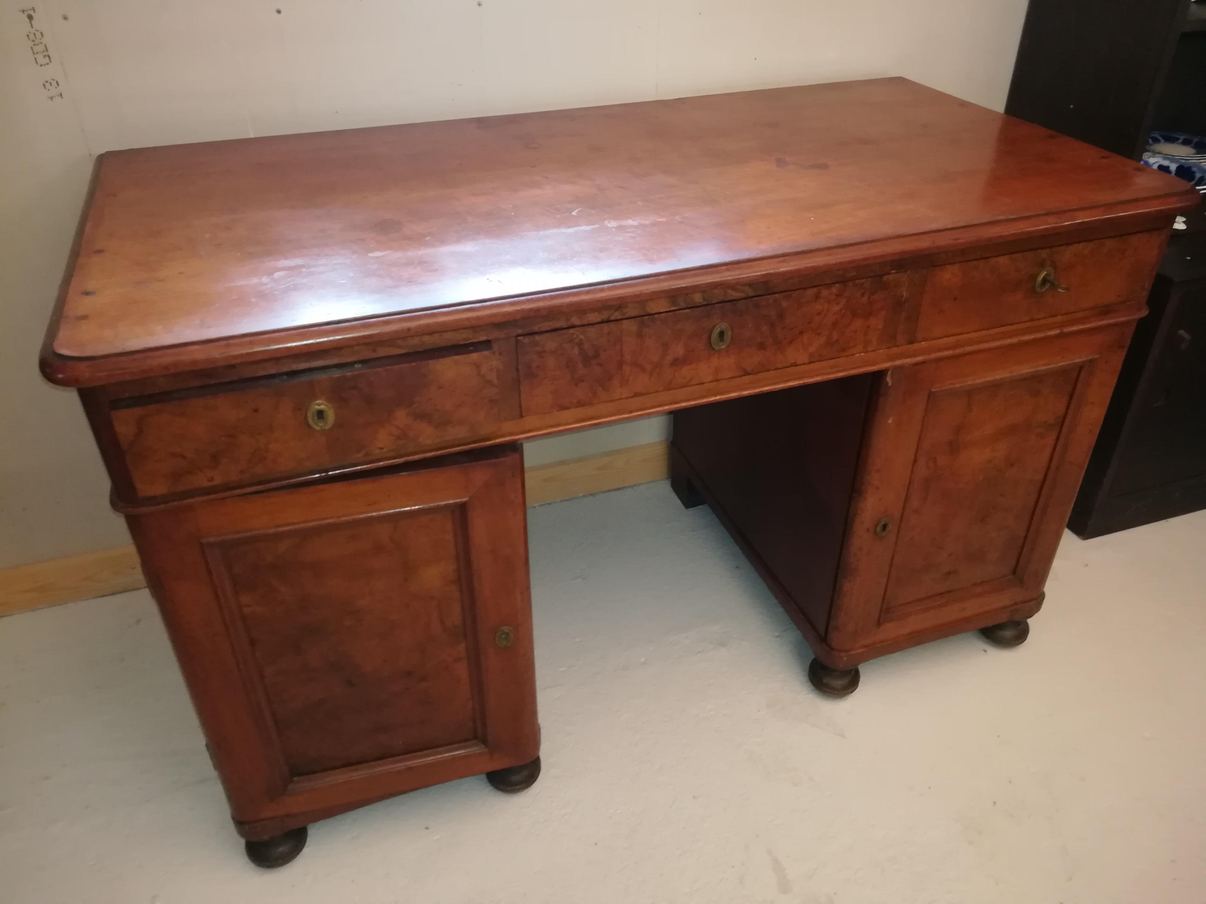 Picture of: Skrivebord Med 2 Underskabe Med Skuffer Og 3 Skuffer Under Plade Nyt Brugt Smukt