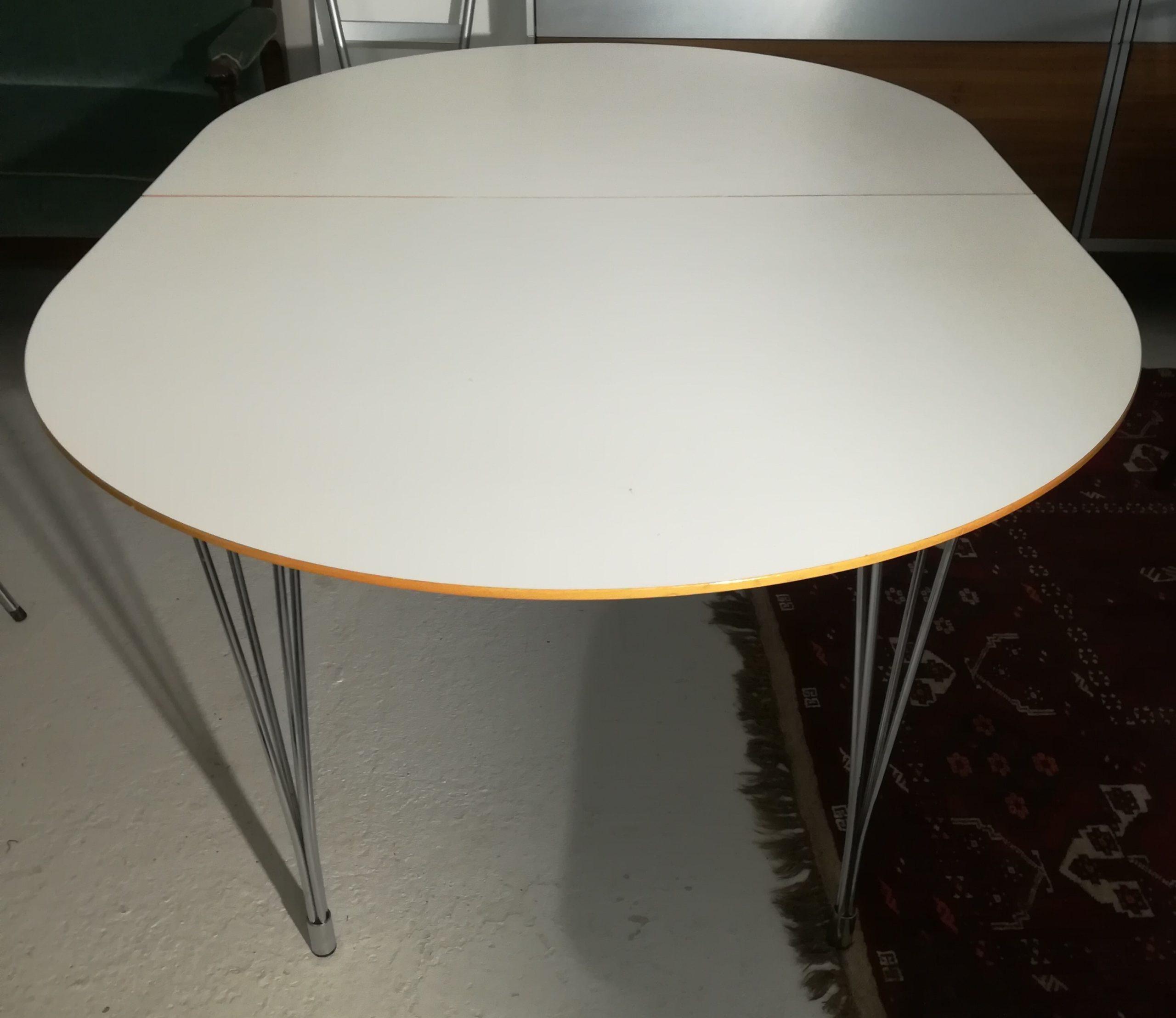 Picture of: Spisebord I Hvid Laminat Ovalt Med Udtraek Og 1 Plade Forkromede Stalben Nyt Brugt Smukt