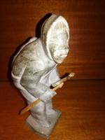 Grønlandsk fedtstensfigur med bue og pil