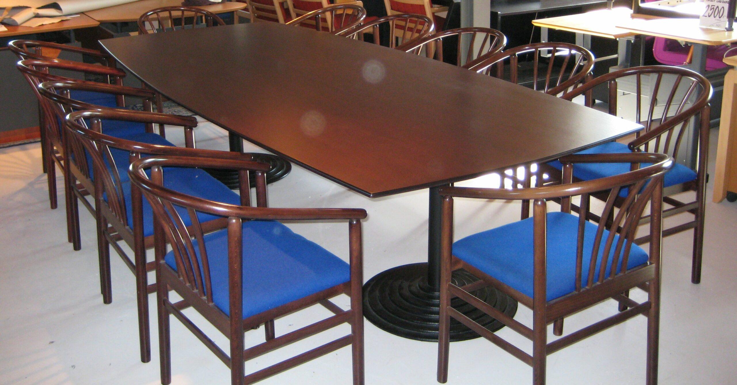 Mødebord i mahognifv.
